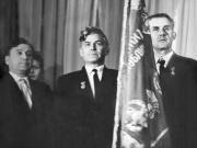 Герои Социалистического Труда около знамени (слева направо): А.И. Брыкин и А.В. Михайлов